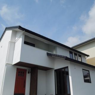 白壁と黒瓦の家