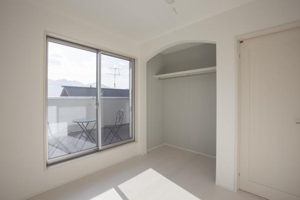 2階洋室、南まどから宮島が見えます♪