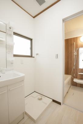 最新の洗面・UBに一新♪明るい白カラーと、木目調デザインが温かみを感じます!!