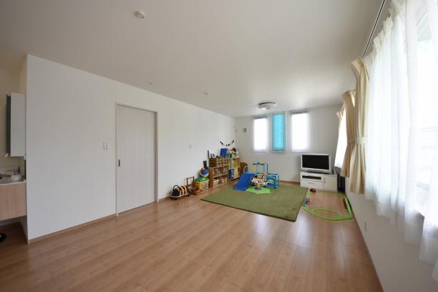 2階洋室。今は子供たちのお部屋ですが、将来は第2のリビングに♪