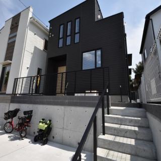 木目のデザインと吹き抜けリビングの開放感ある家