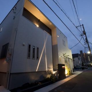 外観・室内ともに、間接照明が彩る家
