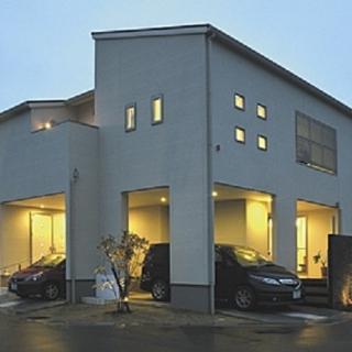 光と風に溢れるモダンデザイン、大収納のある家。