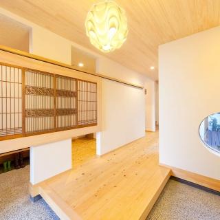 細長い敷地に開放的で明るい家