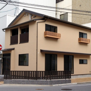 街中に佇む自然素材の和風住宅