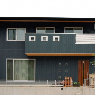 自然素材と無垢の木を使った、大黒柱のある家族みんなが楽しい家