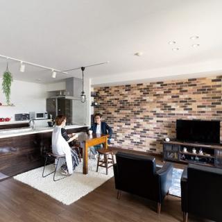 レンガの壁が印象的なこだわりの家具が光るヴィンテージ風空間
