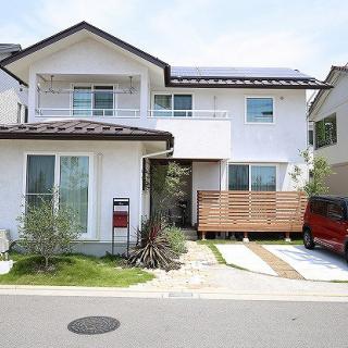 環境のよい場所にたたずむ自然素材の2世帯住宅