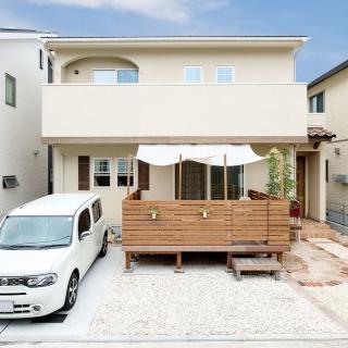 格子窓と瓦屋根がアクセントとなった可愛らしい家