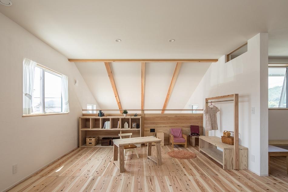 吹き抜けで繋がる1階リビングと2階子ども室