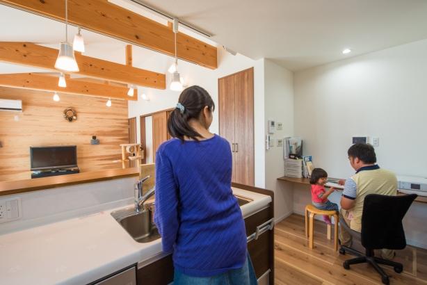 パソコンやリビング学習などに使えるキッチン横のカウンタースペース
