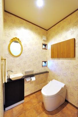 トイレのクロスや鏡はヨーロピアンテイストで統一