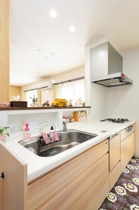 キッチンカウンターの下にニッチを設けることで調味料などをすっきりと収納