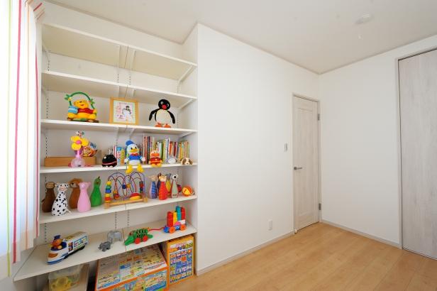 子ども部屋には収納の他に絵本やおもちゃが整理できる棚を設置