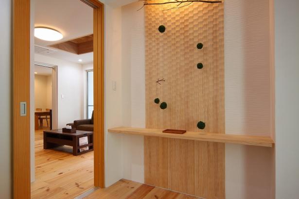 玄関ホールには天然木と飾り棚のカウンターを造作。