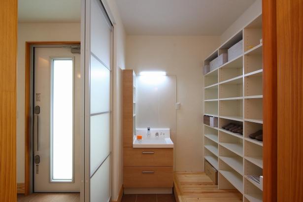 玄関と隣接したシューズ・イン・クロークには洗面台も設置。