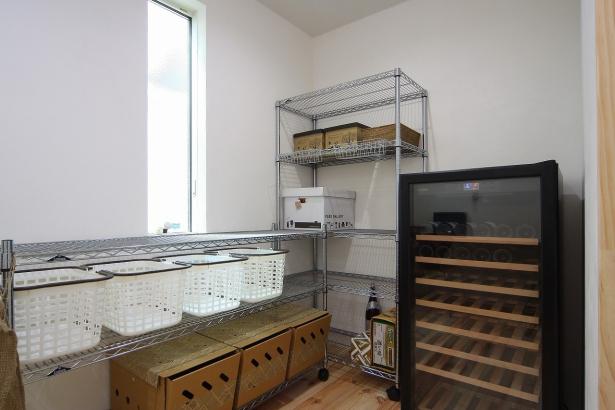 キッチン奥にはワインセラーもある家事室を配置。