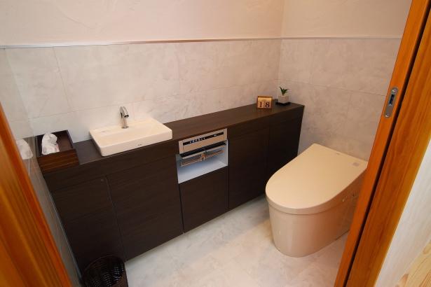 腰壁パネルや収納も充実しエレガントな雰囲気のトイレに。