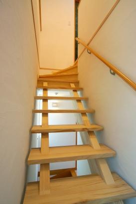 1階~2階そしてロフトへと風が吹き抜けていく造作階段。