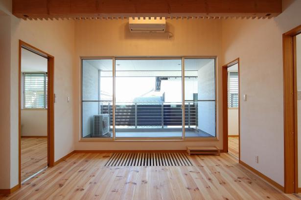 大きなバルコニーのある2階ホールは明るさ抜群。