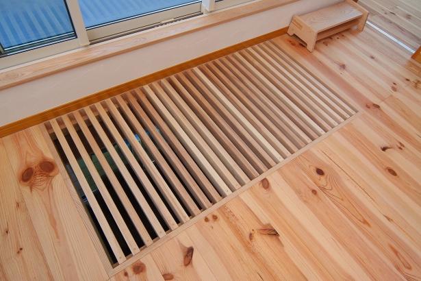 1階天井と2階床の一部を格子状に造作し、風の通り道に。