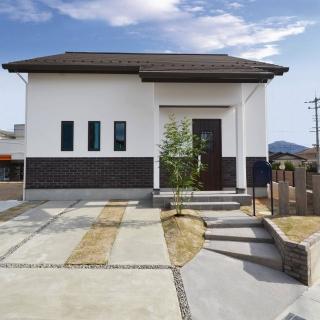 木と漆喰とタイルのお家