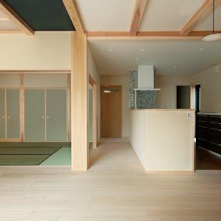 玄関ドアを開けたら木の香りが広がる、自然素材の家