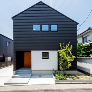 家族の距離が近くなる。暮らしながら家も育つ。余白の多い箱のような家