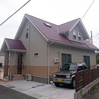 赤いとんがり屋根の可愛らしいお家