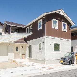 梁や間接照明が吹抜け空間のアクセント 白い空間にカラフルなインテリアが映える家