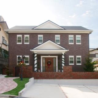 シンメトリーデザインが風格を漂わす ジョージアンスタイルの本格輸入住宅
