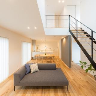 [佐伯区 石内北] リビングの吹抜けが気持ちいいシンプルな暮らしが似合う家