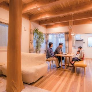 存在感のある大黒柱が支える家で木の温もりと風通しの良さを実感
