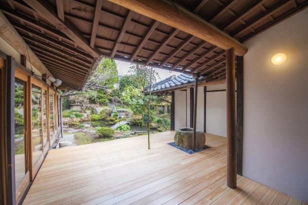 日本庭園を見渡せるウッドデッキ