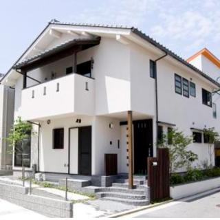 和風モダンな外観と無垢材の勾配天井の家