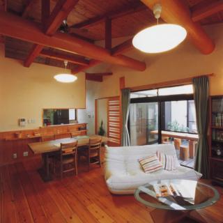 中庭から光と風が入る平屋の終の住み家自然素材の家