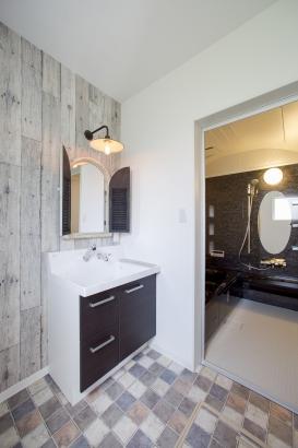 洗面室の鏡やランプは、ご家族のこだわり