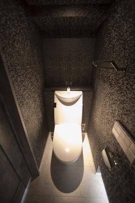 シックで高級感あるトイレ