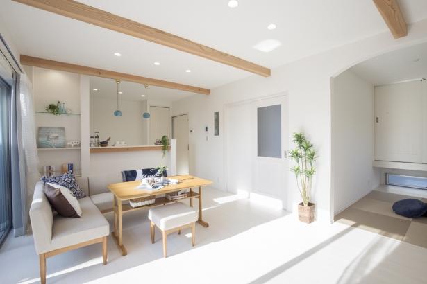 リビングダイニング☆☆ 1Fの内壁は珪藻土の塗壁(一部クロスあり) 白を基調とした空間にアクセントとなるおしゃれな見せ梁☆