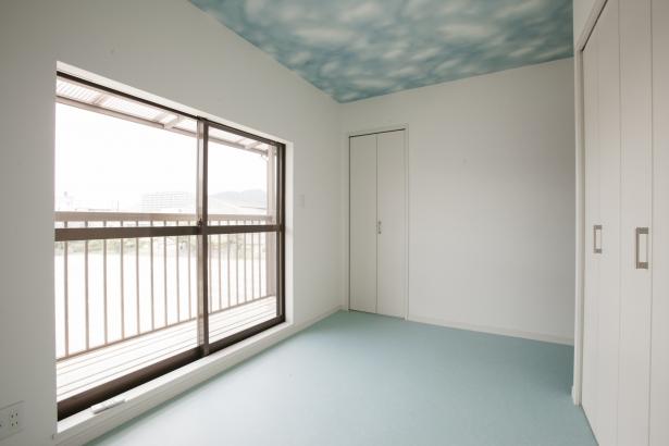 和室から、かわいらしい子供部屋にアレンジしました♪青空柄の天井クロスは、お子様も喜ばれます♪♪