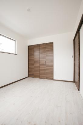 主寝室は建具もウォルナット色として白く明るい中にも落ち着きがある様、心掛けました☆