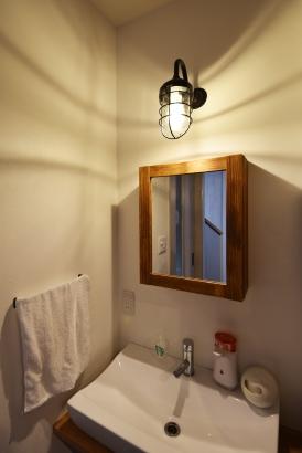 玄関からリビングへ向かうと、木製の鏡とアンティークな照明であたたかな洗面台があります♪♪