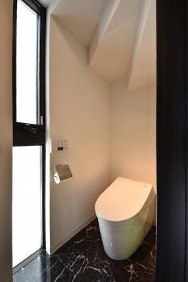 階段下のトイレはホワイト×ブラック。生活感がないシンプルかつ清潔な空間☆☆
