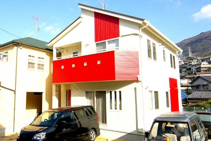 赤をアクセントにしたスタイリッシュな家