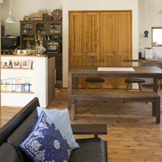 無垢材と漆喰で構成された開放感あふれる家 経年変化で増していく味わいを楽しむ