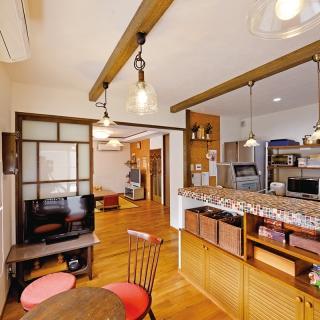 個性的な造作キッチンカウンターはデザインも機能も抜群