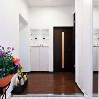 シンプルで温かみのある大人っぽい玄関
