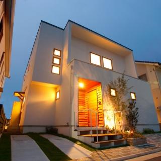 木製サッシを使用したシンプルな外観と広がりある空間の家