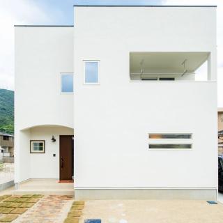 白の外観とこだわりの室内カラーで遊ぶスタイリッシュな家