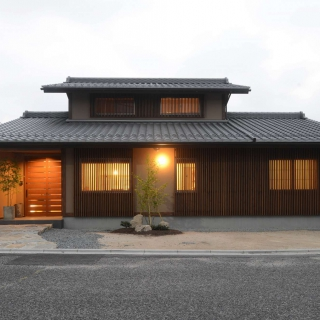 水平ラインが強調される京町家風の住まい